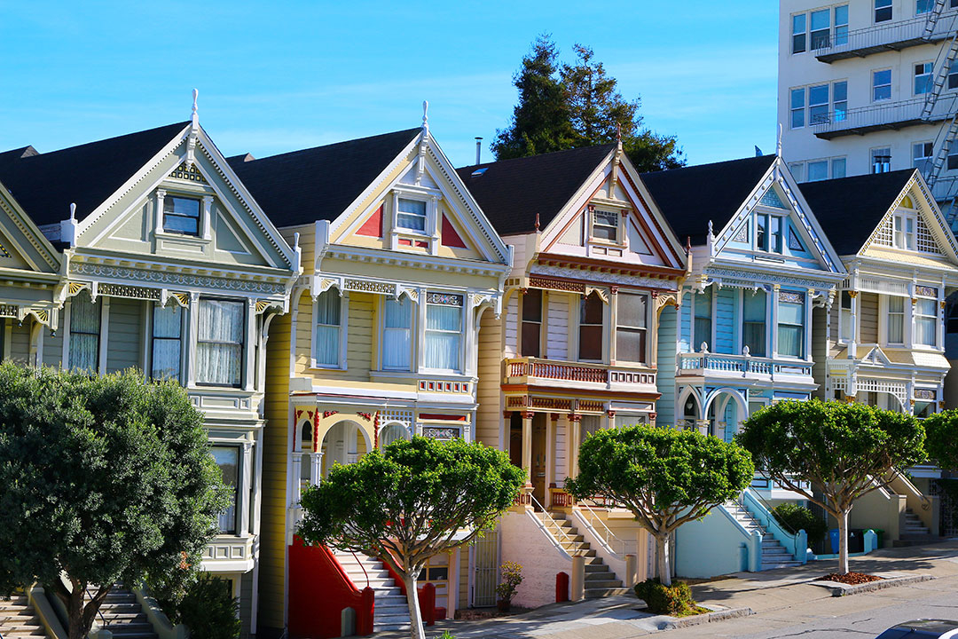 5 beautiful, almost identical houses, side by side, all in different colours, known at the Painted Ladies in San Francisco